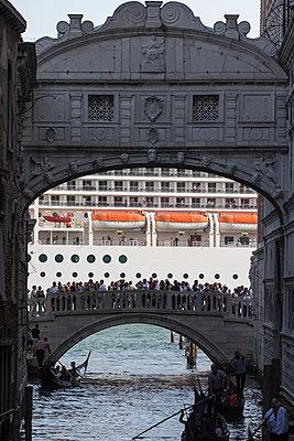 Blick auf riesiges Kreuzfahrtschiff vor Venedig hinter der Seufzerbrücke I - p1493m1584954 von Alexander Mertsch