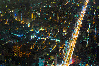 Aerial view of city and roads at night, Taipei, Taiwan, China - p429m974639 by Jasper James