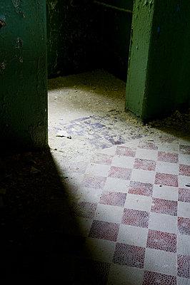 Beelitz mysterioes lichtdurchfluteter Durchgang mit altem Fliesenboden in einer alten Krankenhausanlage - p627m1035581 von Samantha Dietmar