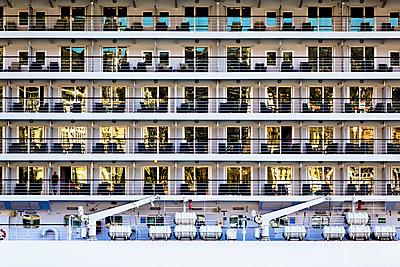 Balkon auf einem Kreuzfahrtschiff - p979m1088557 von Martin Kosa