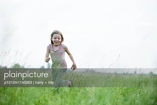 Mädchen rennt durch die Wiese - p1212m1145953 von harry + lidy