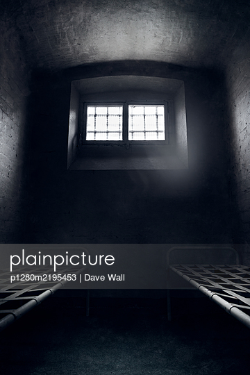 Empty prison cell with two beds - p1280m2195453 by Dave Wall