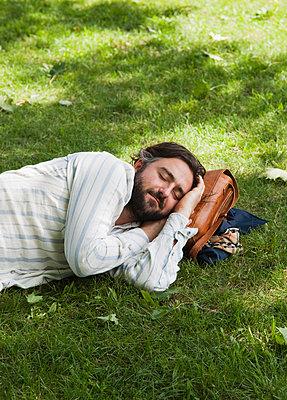 Mann schläft im Gras - p1008m1169996 von Valerie Schmidt