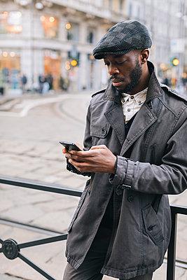 Man in the city checking cell phone - p300m1568260 von Mauro Grigollo