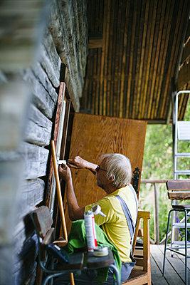 Man repairing house - p312m2161941 by Matilda Holmqvist