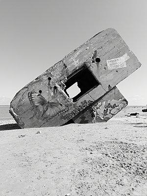 Bunker mit Graffitis am Strand, Atlantikküste - p945m2215112 von aurelia frey