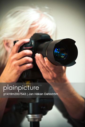 Frau fotografiert mit einer Digitalkamera - p1418m2007543 von Jan Håkan Dahlström