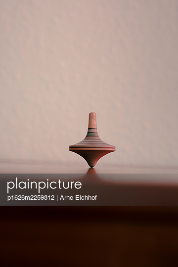 Spinning top - p1626m2259812 by Arne Eichhof