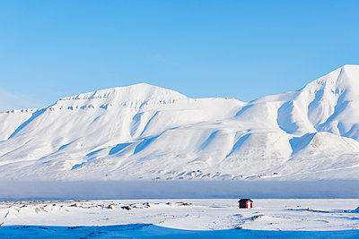 Snowy landscape in Spitzbergen - p1203m1189806 by Bernd Schumacher