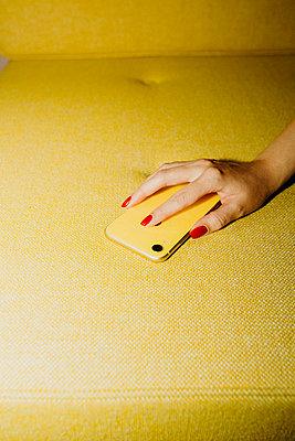 Frau hält Smartphone in der Hand - p432m2119390 von mia takahara