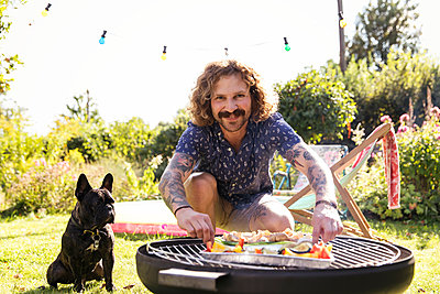 BBQ with dog - p788m2027461 by Lisa Krechting