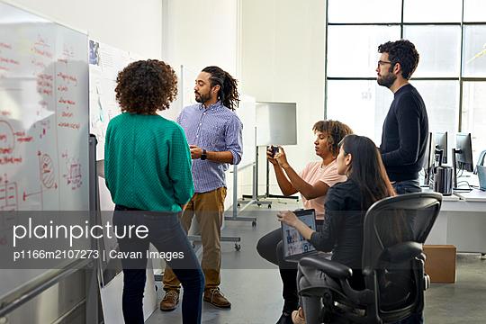 plainpicture - plainpicture p1166m2107273 - Business people brainstormi... - DEEPOL by plainpicture