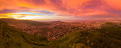 USA, Haswaii, Oahu, Honolulu, view from Tantalus Lookout at sunrise, Puu Ualakaa State Park - p300m2079889 by Fotofeeling