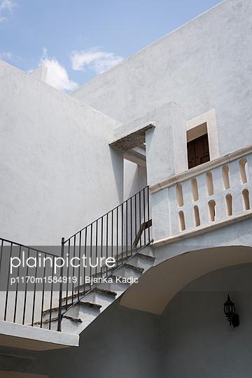 Weiß getünchtes Haus in Mexiko - p1170m1584919 von Bjanka Kadic