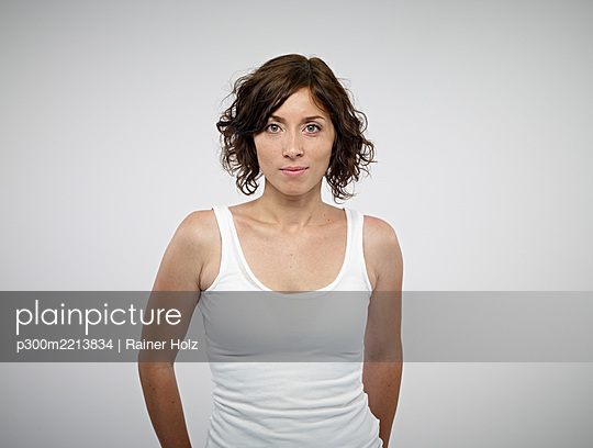 Portrait of smiling woman - p300m2213834 by Rainer Holz