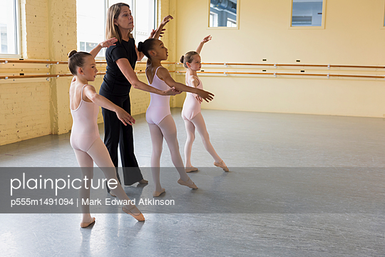Teacher and students practicing in ballet studio - p555m1491094 by Mark Edward Atkinson