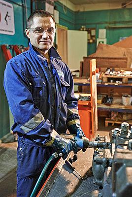 Portrait Mechanic - p390m973244 by Frank Herfort