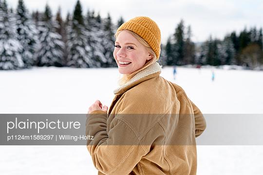 Porträt einer jungen Frau in Winterlandschaft - p1124m1589297 von Willing-Holtz