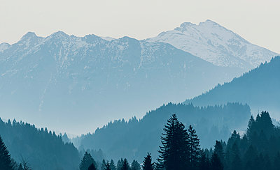 Mountain scenery in winter - p081m1137257 by Alexander Keller