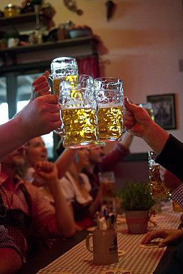Group of friends toasting beer during Oktoberfest in Munich, Germany - p1216m2186944 von Céleste Manet