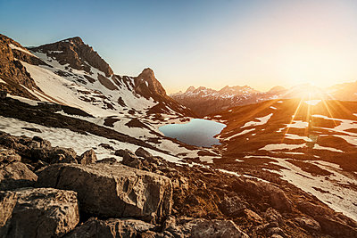 Germany, Allgaeu Alps, mountain lake in backlight - p300m2062068 by Matthias Aletsee