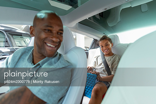 UK, Smiling father and son (8-9) in car - p924m2300778 by Monty Rakusen