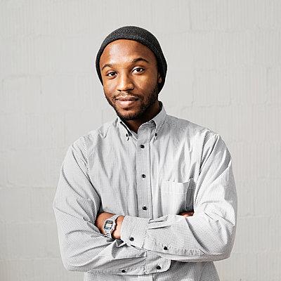 Close up portrait of smiling Black man wearing stocking-cap - p1427m2271559 by Roberto Westbrook