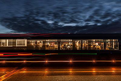 Bus bei Nacht - p248m1516169 von BY
