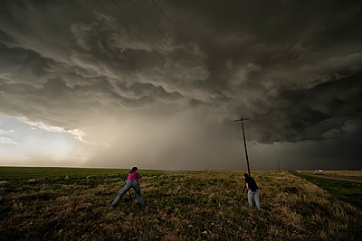 People photographing a supercell thunderstorm during a storm chasing tour; Oklahoma, United States of America - p442m2074140 by Robert Postma