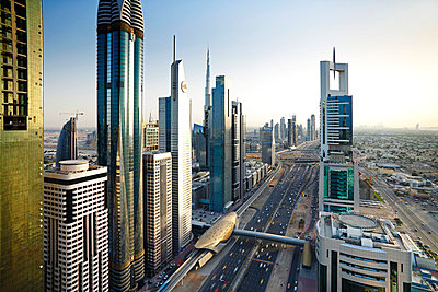 Elevated view over the modern Skyscrapers along Sheikh Zayed Road looking towards the Burj Kalifa, Dubai, United Arab Emirates - p651m860956 by Gavin Hellier