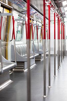 Leerer U-Bahnwaggon in Hongkong - p795m2223231 von JanJasperKlein