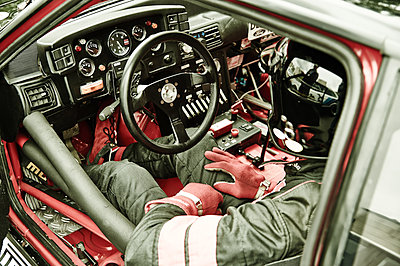 Racing driver behind steering wheel - p851m1362460 by Lohfink