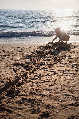 Mädchen am Strand, Texel - p902m1057265 von Mölleken