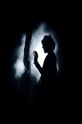 Shadow of a woman - p945m2157538 by aurelia frey