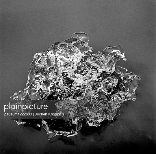 Eisscholle treibt auf Wasseroberfläche - p1016m1222680 von Jochen Knobloch