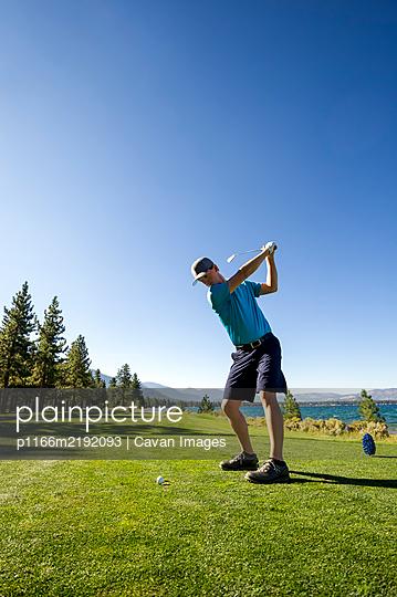 A man teeing off at Edgewood Tahoe in Stateline, Nevada. - p1166m2192093 by Cavan Images