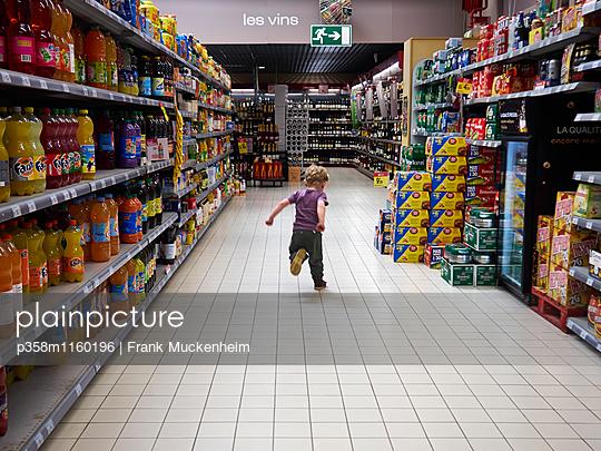 Kleiner Junge tobt im Supermarkt herum - p358m1160196 von Frank Muckenheim