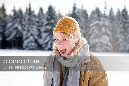 Junges Paar macht eine Schneeballschlacht - p1124m1589323 von Willing-Holtz