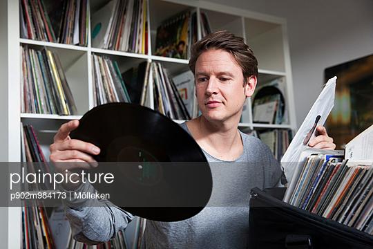Mann mit Schallplatte - p902m984173 von Mölleken