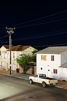 A city street with two houses and a truck parked outside, tranquil scene - p1094m890268 by Patrick Strattner