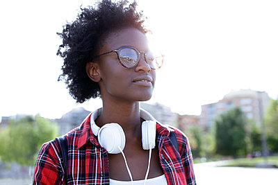 Portrait of young woman with headphones at backlight - p300m1587864 by Josep Suria