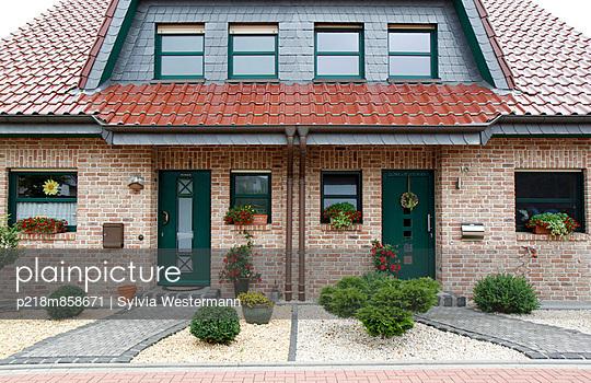 Doppelhaus - p218m858671 von Sylvia Westermann