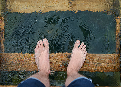 Füße im Wasser - p1124m1112600 von Willing-Holtz