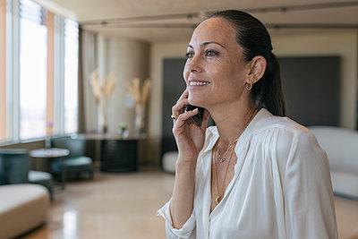 Middle age woman business indoor, Seville, Spain - p300m2286206 von Julio Rodriguez