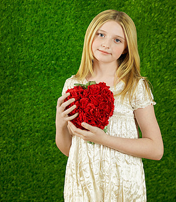 Girl with a heart of roses - p4590115 by Gazimal