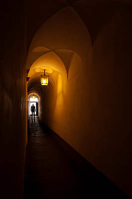 Vaulted passage of a historic building in Bolzano - p470m2128888 by Ingrid Michel