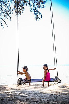 Kinder auf einer Schaukel am Strand - p680m1515284 von Stella Mai