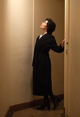 Frau steht im Flur - p873m2071064 von Philip Provily