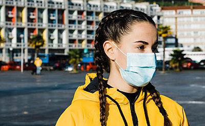 Portrait of teenage (16-17) girl wearing flu mask - p924m2271254 by Armando Jesús Guevara
