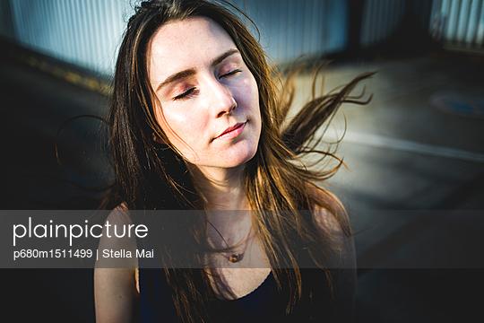 Young woman, Portrait - p680m1511499 by Stella Mai